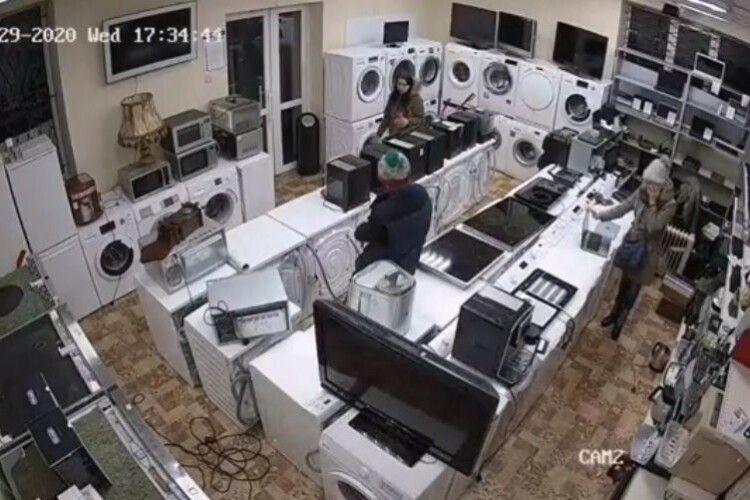Двоє жінок відволікали увагу рівненського продавця, а третя крала ноутбуки (Відео)