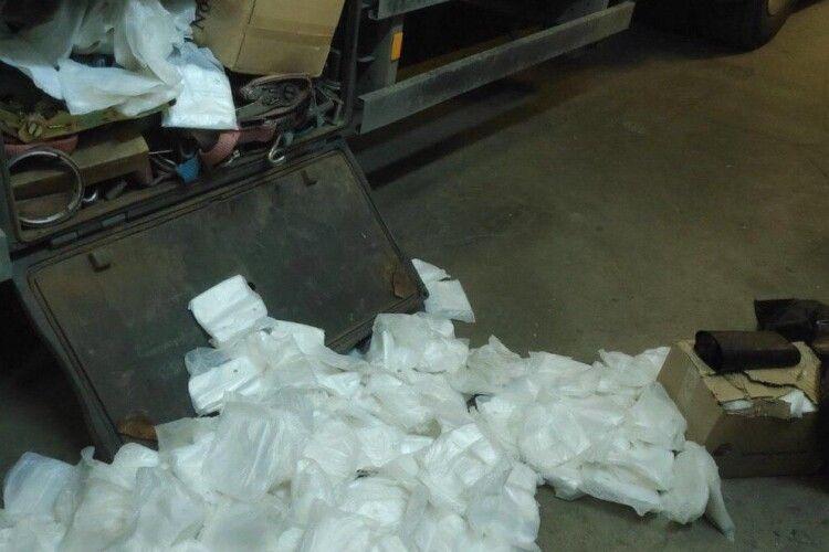 На «Ягодині» виявлено 200 тисяч пар поліетиленових рукавичок (Фото)