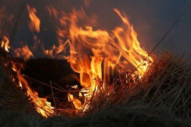 Селяни обурені: на Волині невідомий періодично підпалює солому біля хат