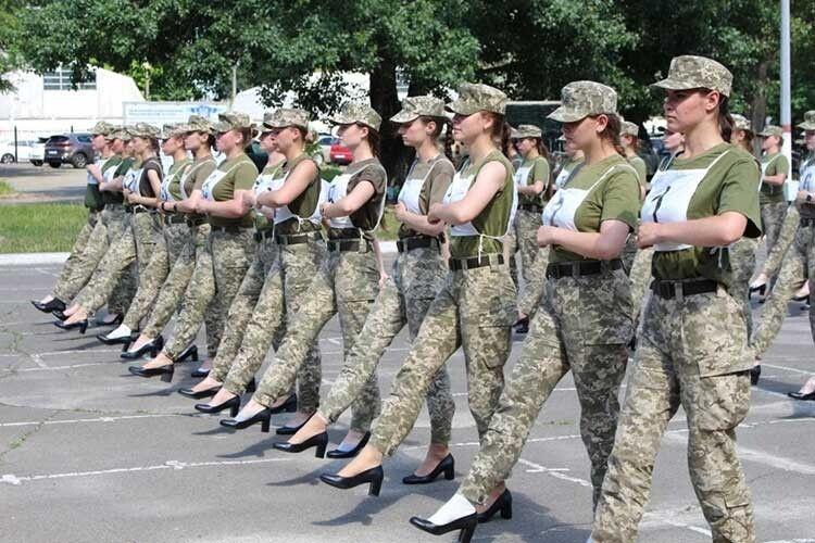 Жінкам-воїнам пропонували пройтися напараді укаблуках!