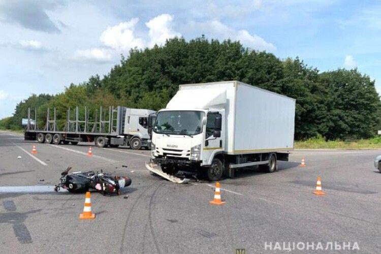 На Рівненщині водій вантажівки не пропустив мотоцикліста: 20-річний хлопець одержав відкриті переломи стегон