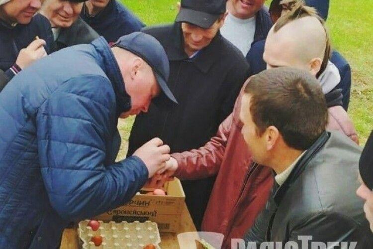 Неофіційна назва «Токар»: чоловіки на Рівненщині визначали у кого найміцніші яйця (Фото. Відео)
