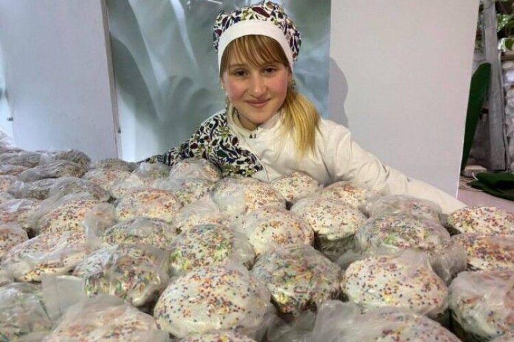 12-річна Анастасія самотужки напекла… тисячу пасок!