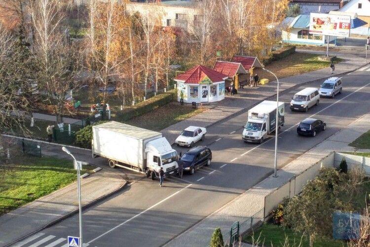 У волинському місті зіткнулися мінівен і вантажівка (Фото)