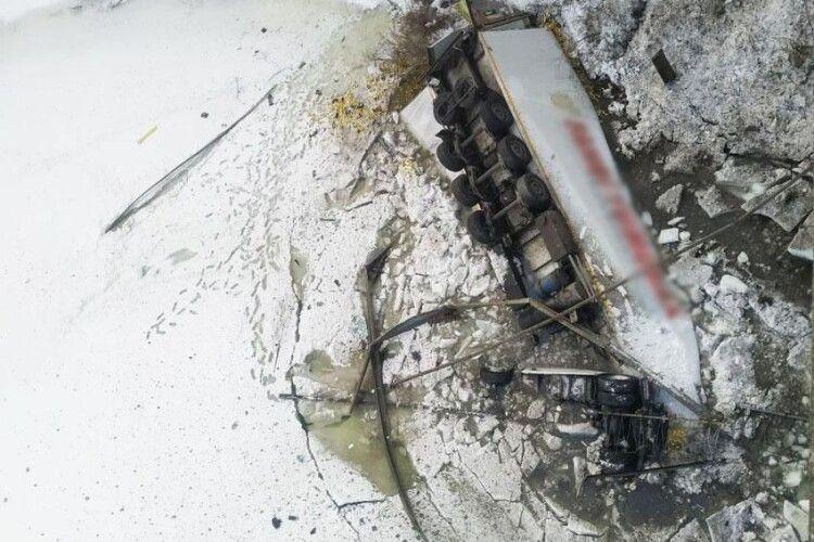 Водій фури пробив огородження мосту: вантажівка злетіла в річку (Відео)