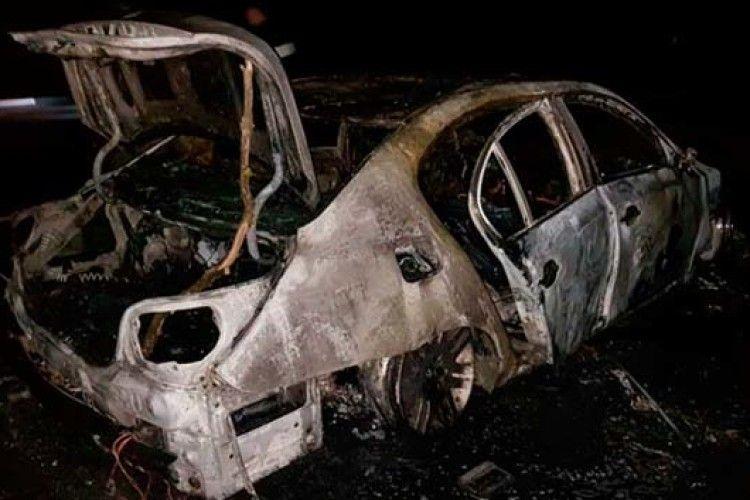 БМВ спалахнула під час руху і згоріла дотла на Рівненщині (ФОТО)