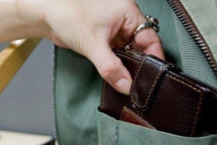 На Волині злодійка зайшла в «соцзабез» і потягнула два гаманці