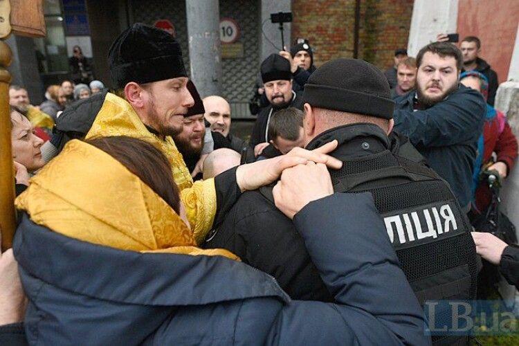 Прихильники Філарета увірвалися в київський суд, від них забарикадувалися стільцями