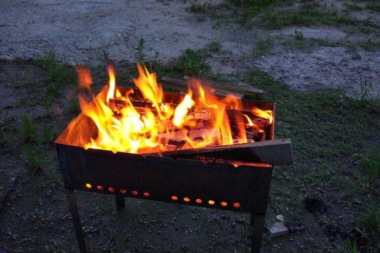 На Рівненщині чоловік розпалював мангал, а обгоріли діти
