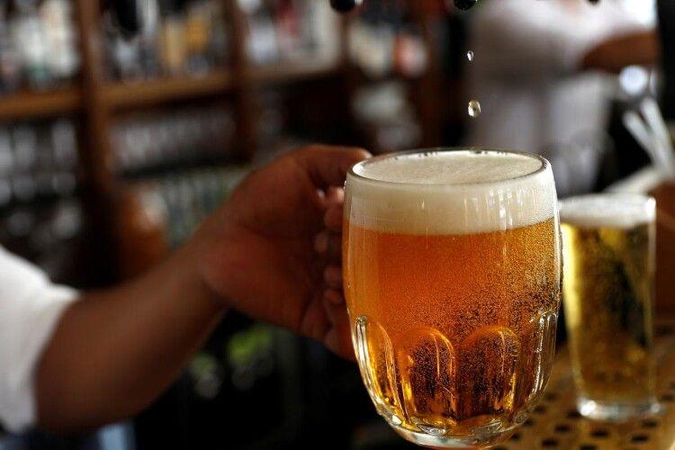 У Німеччині броварні почали безплатно наливати пиво охочим