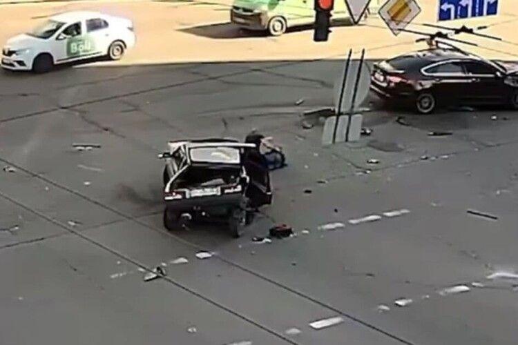 Внаслідок страшної ДТП пасажир випав на проїжджу частину (Відео моменту)