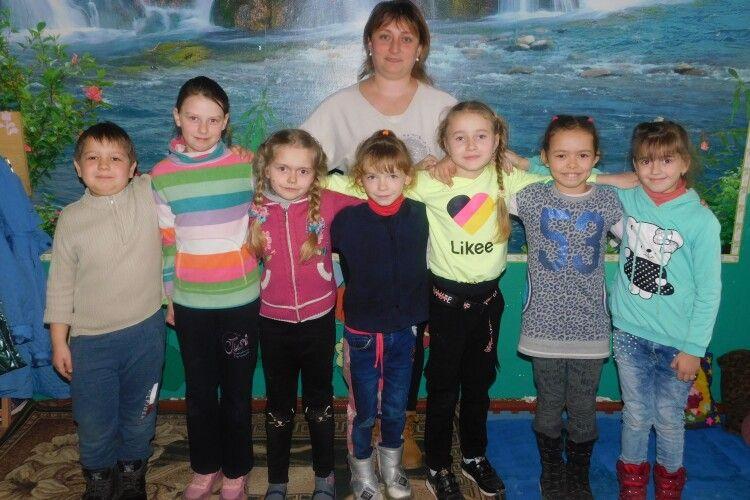 Репортаж із шкільного класу у віддаленому волинському селі, де навчається один хлопчик і сім дівчаток