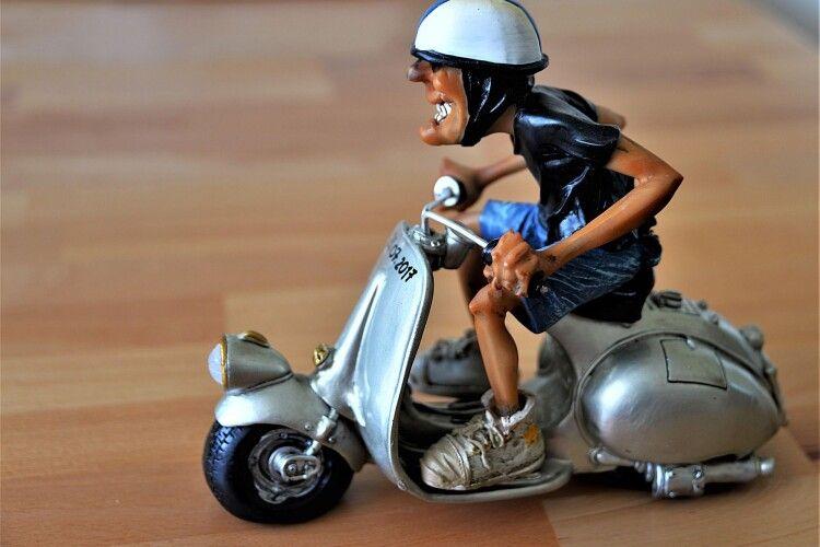 На Волині п'яний водій скутера не розминувся зі... стовпом
