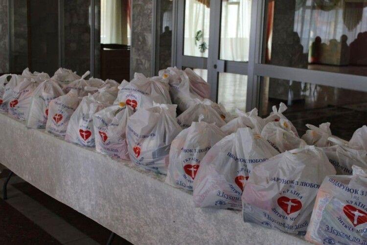 100 сімей малозабезпечених лучан отримали подарунки до Великодня