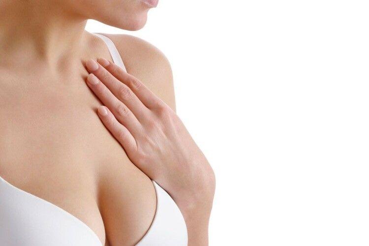 У дівчини після вакцини Pfizer збільшилися груди: лікарі пояснили, як таке можливо