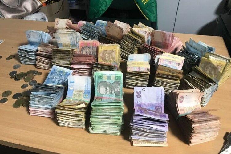 У Луцькому зоопарку порахували гроші, що їх кидали в скриньку для пожертв відвідувачі упродовж майже двох років (Фото)