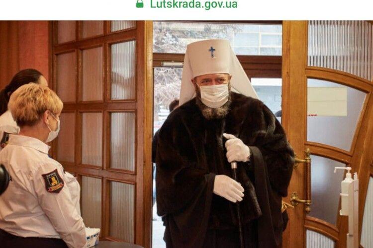 Замість ряси… в шубі: єпископ з Луцька ошелешив присутніх (фото)