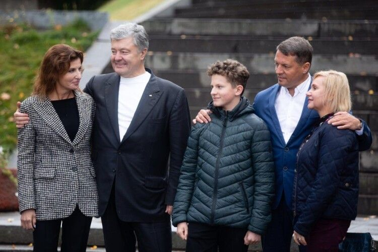 Порошенко на Тарасовій горі закликав підтримати на виборах  відомого журналіста, політв'язня Кремля Романа Сущенка