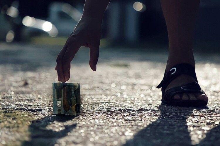 Якщо вам потрібні гроші, то приїздіть на Рівненщину: там вони лежать посеред вулиці (Відео)