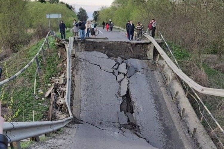 Обвалення мосту на дорозі Луцьк-Львів: у МВС розповіли, як об'їхати місце