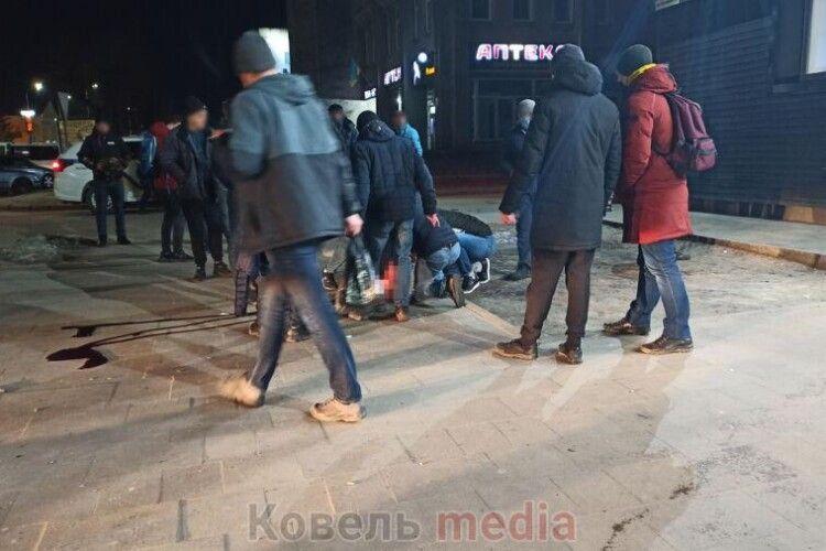 Чоловік стікав кров'ю: у місті на Волині вночі сталася жорстока бійка (Фото, Відео)