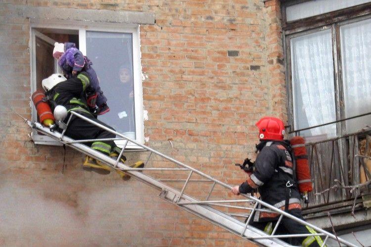 У Полтаві вогнеборцям довелося через вікно рятувати дітей під час пожежі у квартирі (фото)