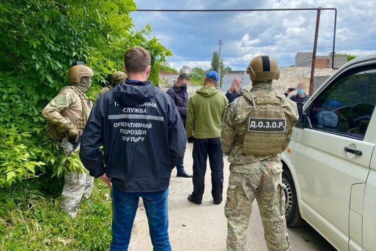 Затримали наркоторговців, які завезли в Україну десятки кілограмів прекурсору (Фото, відео)