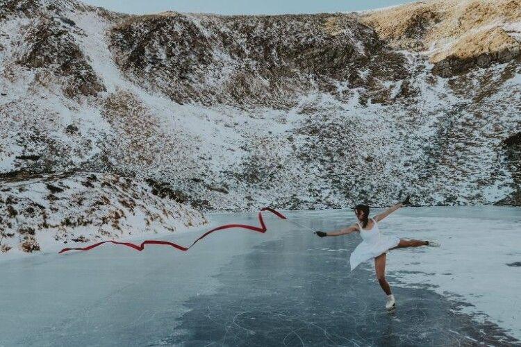 В білій сукні та з червоною стрічкою: дівчина здійснила свою мрію на найвисокогірнішому озері України (Фото)