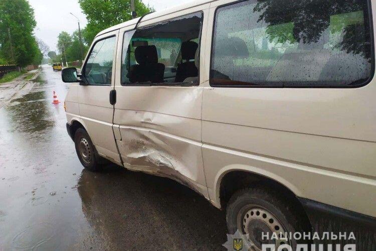 ДТП на Рівненщині: 20-річна водійка мікроавтобуса не надала дорогу 19-літньому мотоциклісту (Фото)