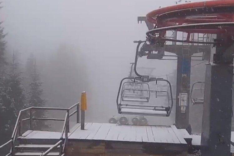 Український курорт серед осені засипає снігом (Фото)
