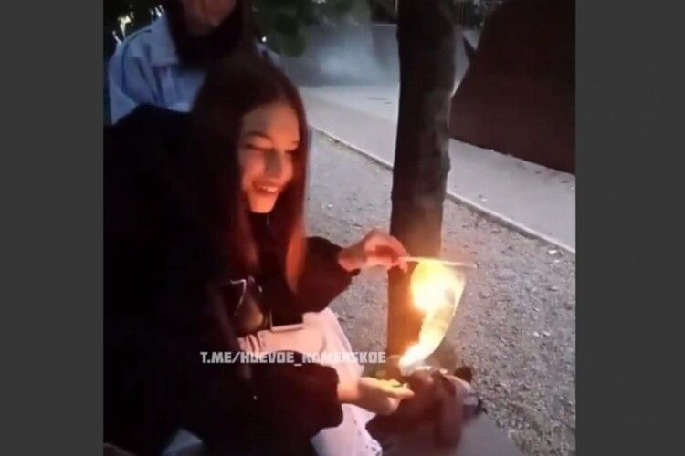 «Ета нє мой флаг»: 15-річна школярка підпалила Державний прапор України (Відео 18+)