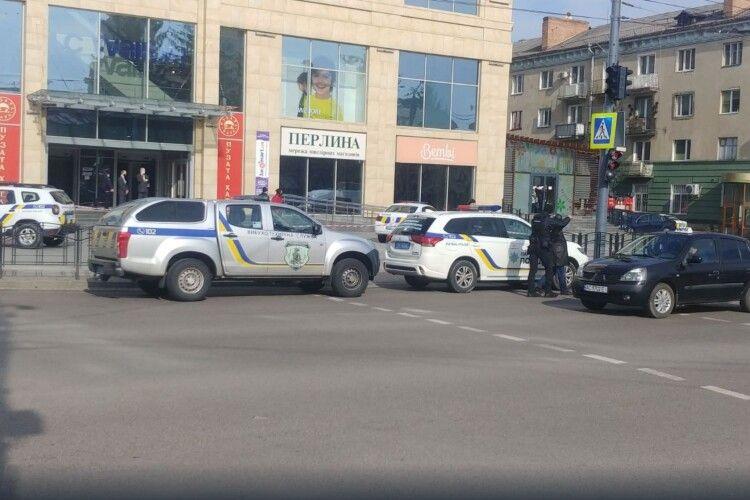 У Луцьку терміново евакуювали відвідувачів і працівників ЦУМу (Фото)