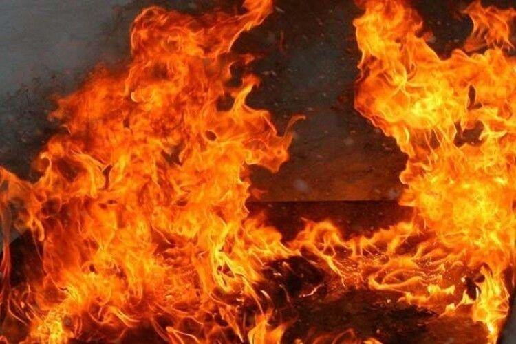 Півторарічний хлопчик, якого винесли з палаючого будинку, помер дорогою до лікарні
