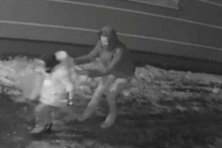 У Рівному затримали грабіжницю, яка напала на дитину (Відео)