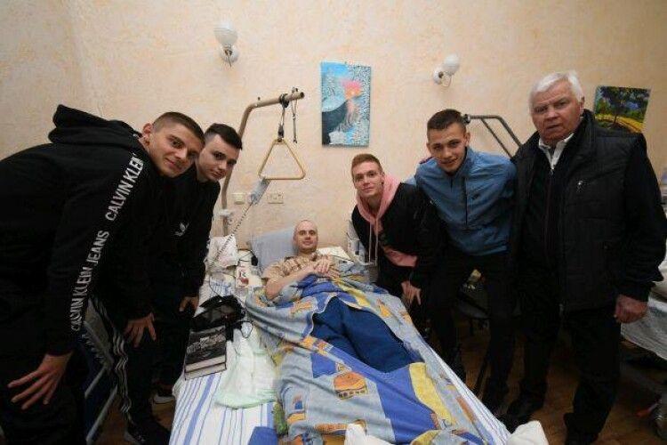 Футболісти «Динамо» відвідали поранених у військовому госпіталі (фото)