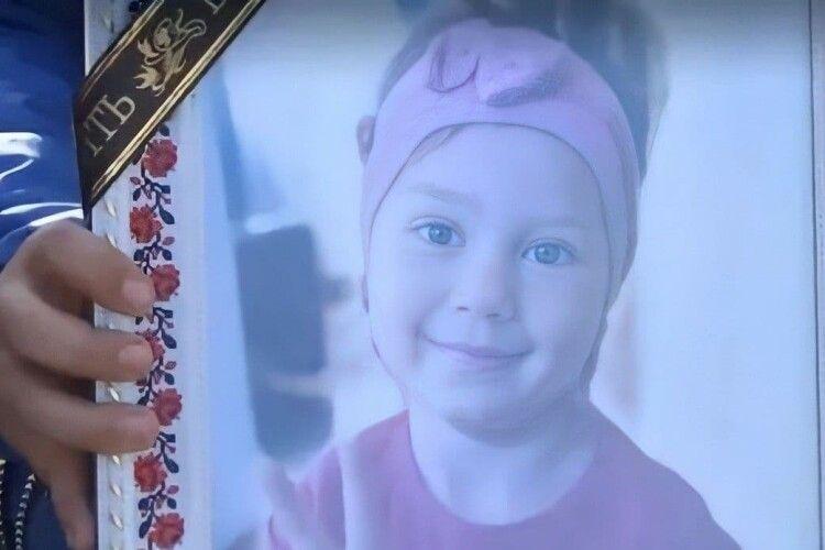 Похоронили 4-річну Віку, яку до смерті побила матір