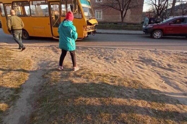 На Волині маршрутка зіткнулася з легковиком, пасажира забрала «швидка» (Фото)