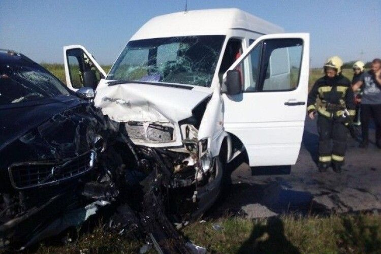 П'ятеро постраждалих у ДТП в Луцьку: у позашляховика та буса вщент розбиті капоти (Фото, відео)