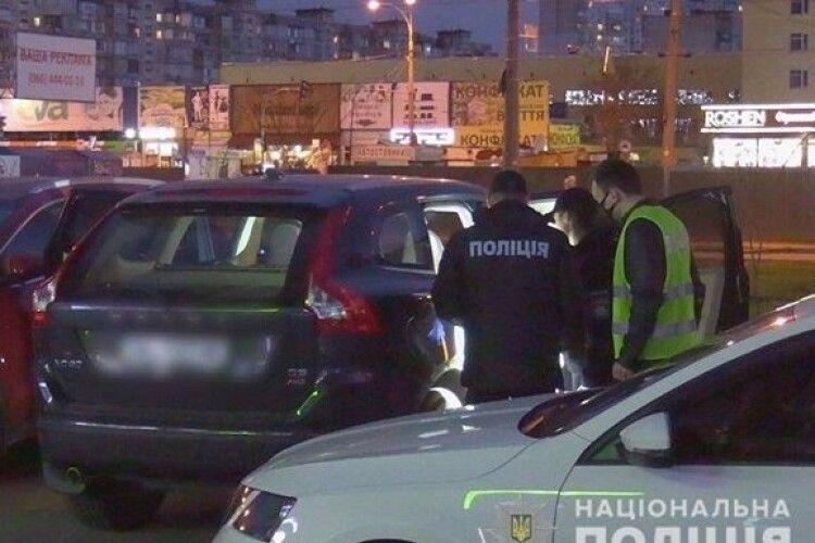 У Києві зловмисник взяв у заручники двох жінок і вимагав викуп (Фото, Відео)