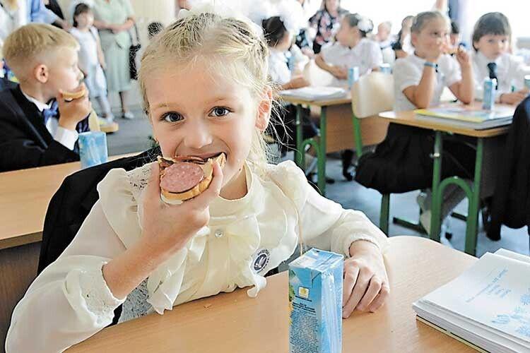 Третій рік школярі обідають всухом'ятку