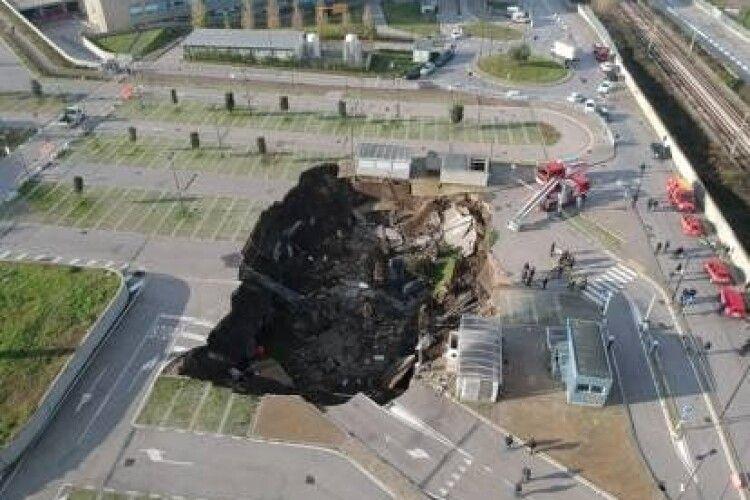 На території лікарні провалилася земля: вирва поглинула кілька автівок і дерева