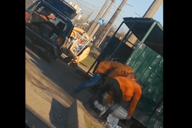 Муніципали оштрафували львів'янина, який викинув у Луцьку унітаз (Відео)