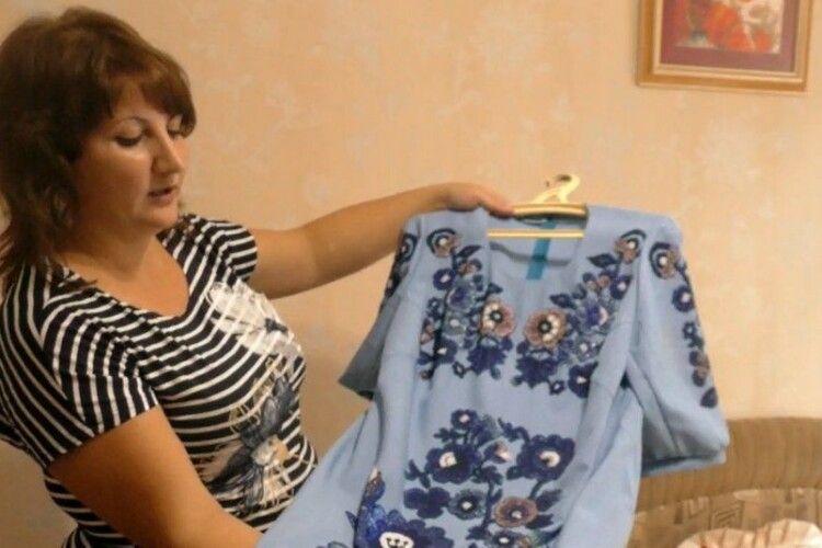 Вчителька математики звичайний одяг перетворює на ексклюзивне вбрання (Фото)