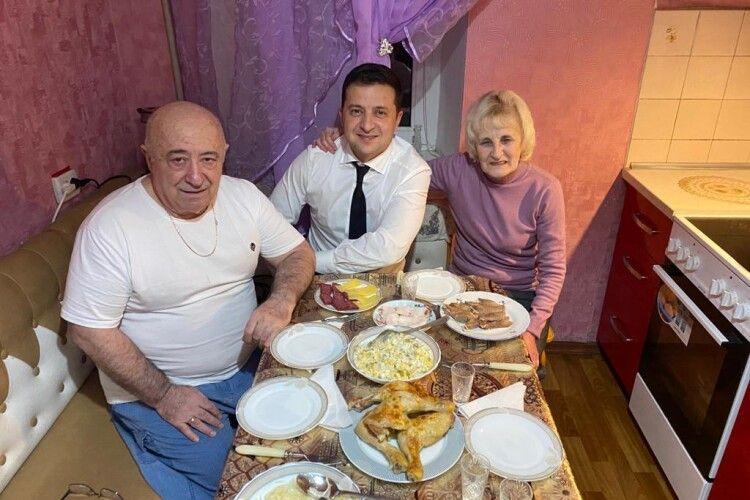 Зеленський зустрівся з батьками і виклав фото родинної вечері