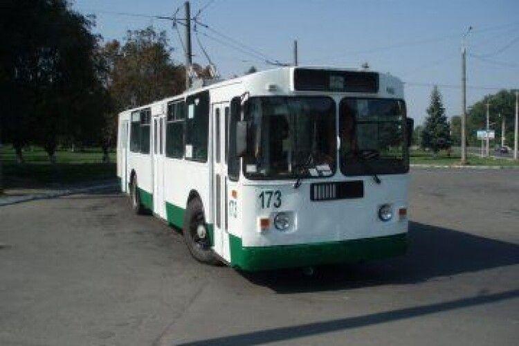Молодий чоловік впав під колеса тролейбуса