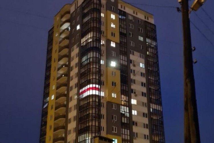 У Білорусі міліція зняла штори в одній з квартир — через схожість із національним прапором