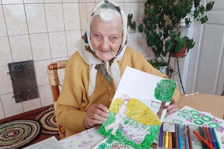 93-річна баба Мелашка з Волині малює героїв казок