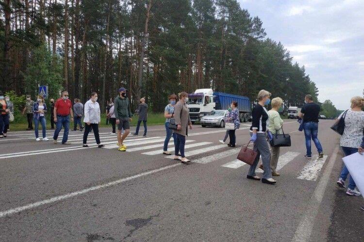 Маневиччани перекрили міжнародну трасу, бо не розуміють, чому їх приєднують до Каменя-Каширського (Відео, фото)