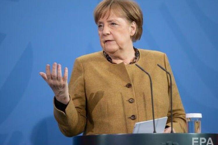 «Відреагувала як типова бабуся, яка забула окуляри»: Меркель забула надіти маску