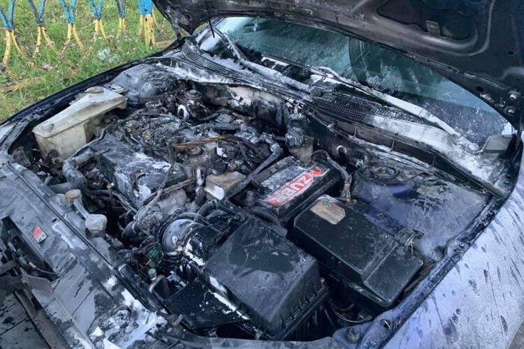 Серед міста загорілася машина: водій не розгубився (Фото)